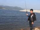 游客在爱河水库垂钓 一提鱼竿惊现一条两米多的蛇!