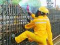 南京地铁7号线紧张施工 工人烈日下与焊花为伍