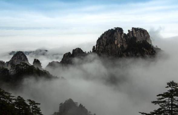 云海波澜峰作岛 水墨妙笔写黄山
