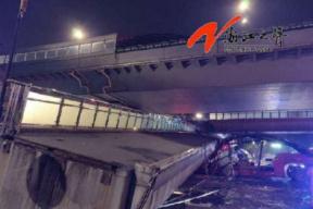 杭州一人行天桥垮塌:暂无人员伤亡 事因车辆载物超高碰撞