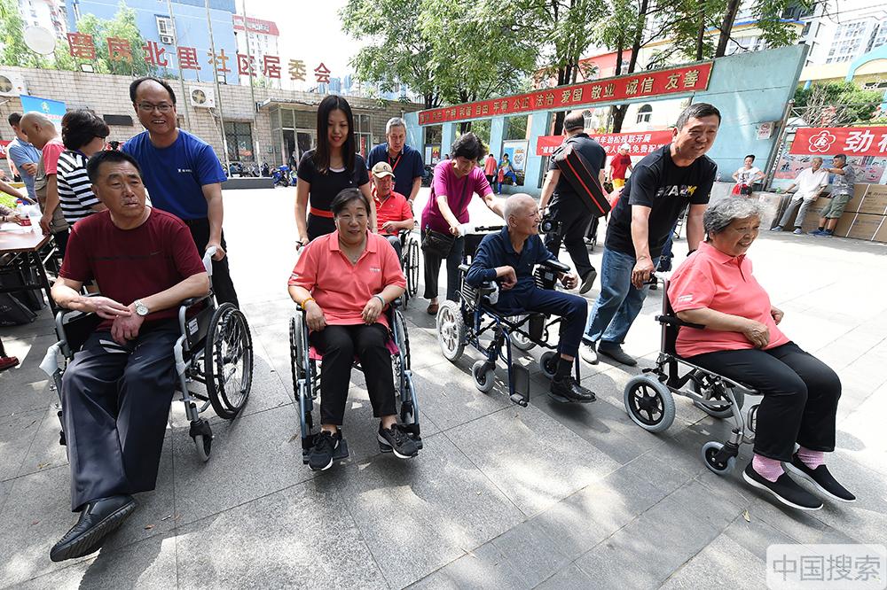 北京劲松残联向残障人士免费配发辅助器具(组图)