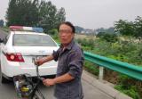 漯河七旬老汉竟骑自行车在高速上逆行 幸被民警发现