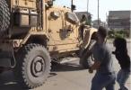 """美军撤离叙北,库尔德人用土豆猛砸军车大喊""""美国骗子"""""""