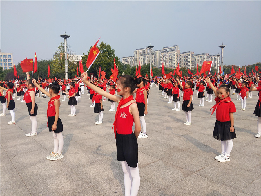 淮滨|淮滨1400名少先队员喜迎国庆 向祖国敬礼
