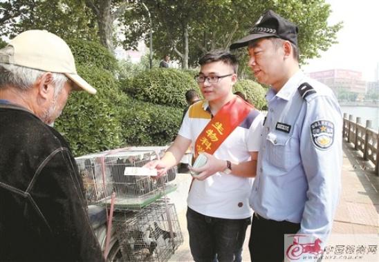 徐州雲龍區團委組織青年志願者親身體驗城管執法的全過程