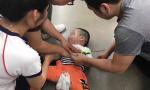 两岁男童摔伤后脑呼吸骤停 大连二院医生路过施救