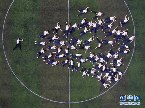 高考临近,余庆中学高三的学生们拍摄各式创意毕业照,为青春岁月留下图片