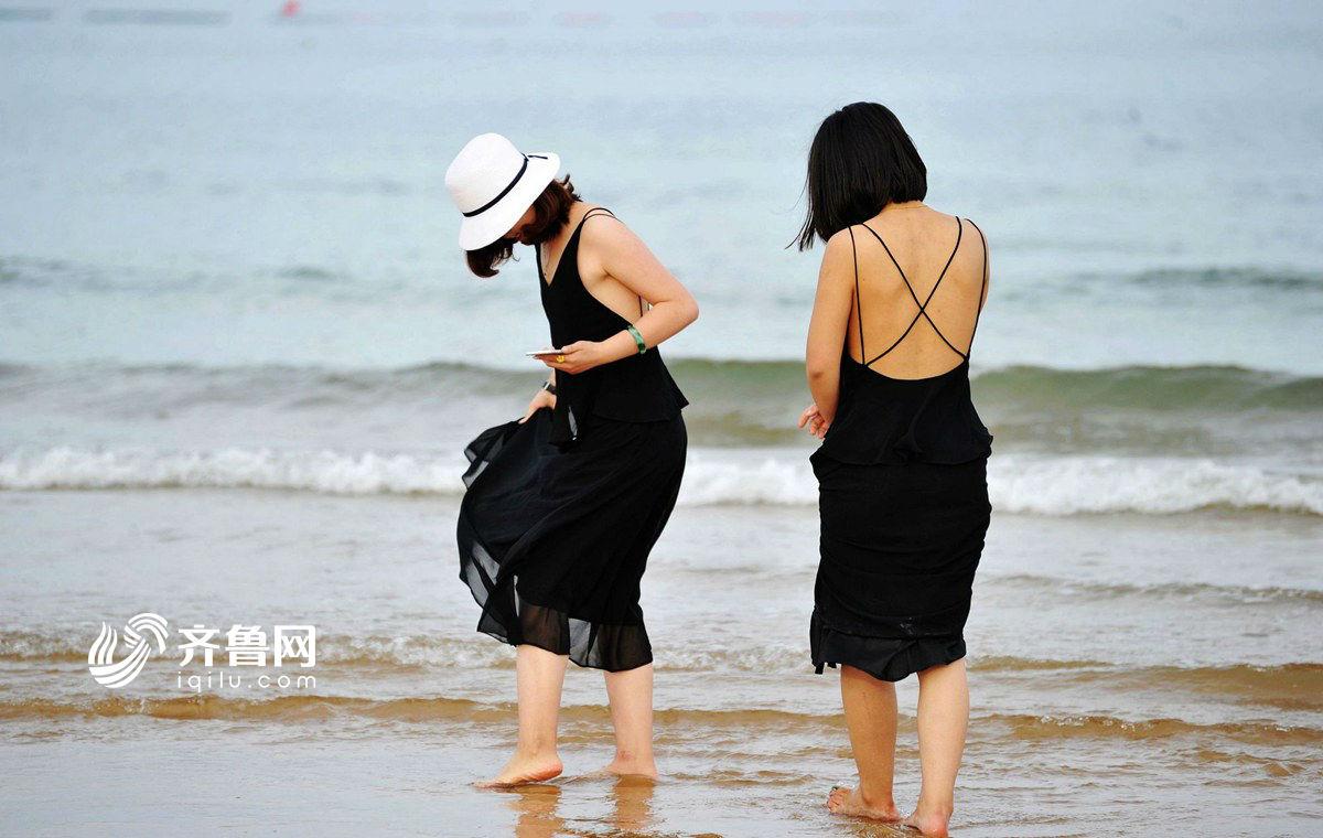 青岛初夏沙滩烂漫 游客海边游玩