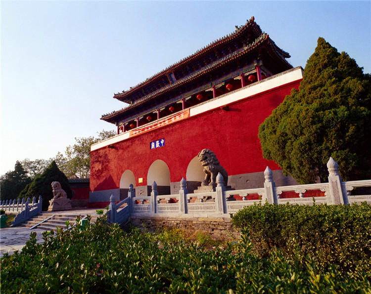 中岳庙前身为太室祠,最迟在西汉汉武帝?#20445;?#20844;元前156—87年)已经存在。现存建筑格局可上溯至金代,现存建筑多复建于明清,是中国古代官式建筑的代表,也是国内现存规模最大、规格最高、保存最完整的道教古建筑群之一。