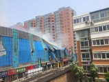 郑州一市场着火持续十余小时 损失或超亿元