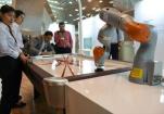 和机器人打桌上冰球!在夏季达沃斯现场感受创新魅力