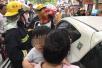 上海一岁孩子被妈妈锁共享汽车内 消防破窗救人