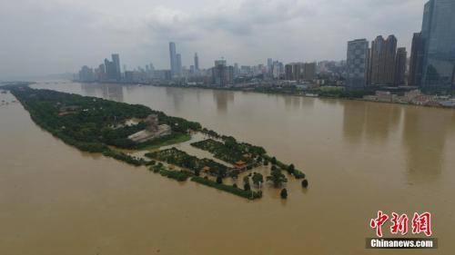 资料图。图为7月2日湖南长沙橘子洲观光台被淹。<a target='_blank' href='http://www.chinanews.com/'>中新社记者 杨华峰 摄