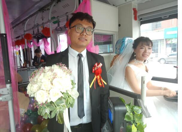 开公交带新郎去结婚