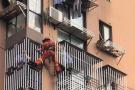 杭州一小孩从保笼缝隙间掉落 命悬一线时有人挺身而出
