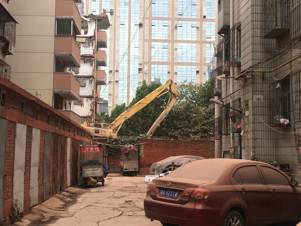 郑州一工地野蛮拆迁震裂附近居民楼 业主维权被锁工地1小时