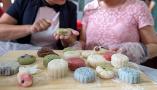 山东临沂:手工传统月饼受欢迎