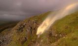 瀑布被英國暴風吹散倒流