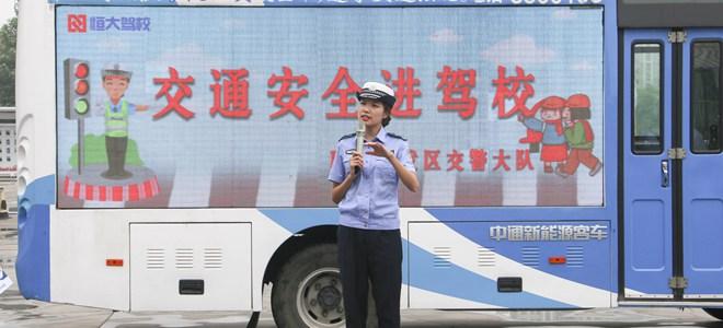 山东聊城:交通安全宣传走进驾校和集市
