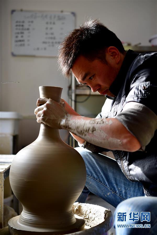 (文化)(3)河南汝州:汝瓷车间生产忙
