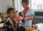 小學生給同學喂飯照片紅遍網路 市民紛紛點讚